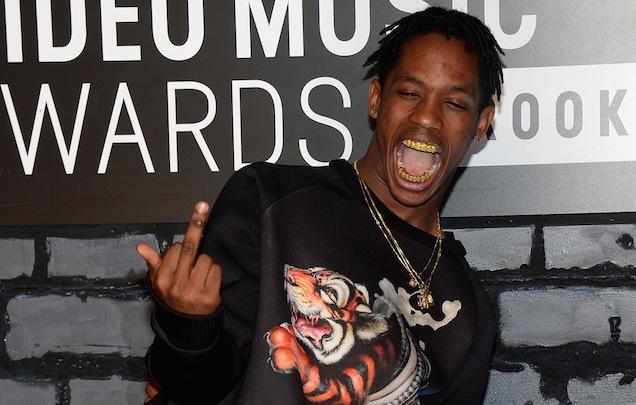 Un fan intenta robarle las adidas Yeezy Boost a Travis Scott en pleno concierto