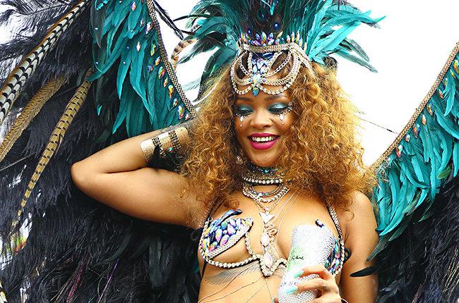 Así fue el provocativo atuendo que Rihanna lució durante una fiesta en Barbados