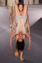 Rick Owens convierte a sus modelos en mochilas humanas en su último desfile