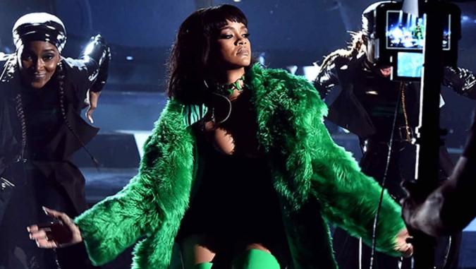Rihanna presentando por primera vez 'Bitch Betta Have My Money' en los iHeartRadio 2015