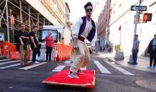 Aladdin surca las calles de Nueva York en su alfombra mágica