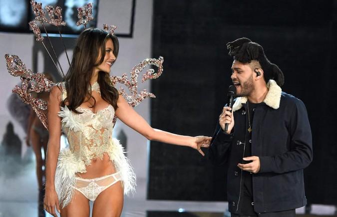 The Weeknd actúa en el show de Victoria's Secret