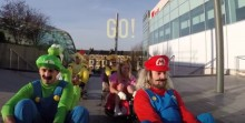 Varios colegas se marcan una carrera a lo Mario Kart en un centro comercial