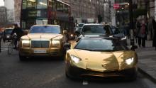 Se pasea por Londres con cuatro coches de oro