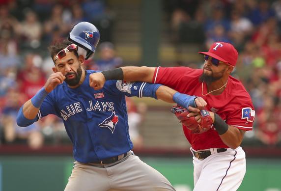 Una pelea en un partido de la MLB acaba con un brutal KO por puñetazo
