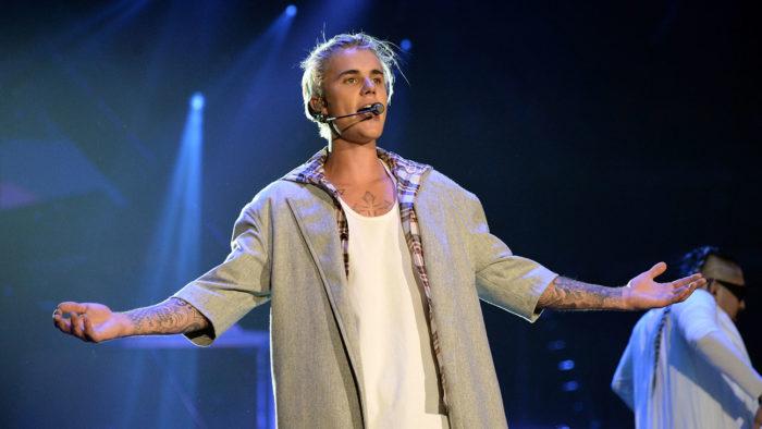 Justin Bieber se cae del escenario durante un concierto