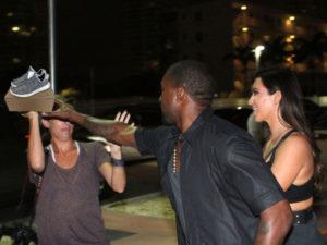 Kanye West se pone a regalar pares de Yeezys a los paparazzi