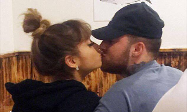 Mac Miller y Ariana Grande «confirman» su relación besándose en público