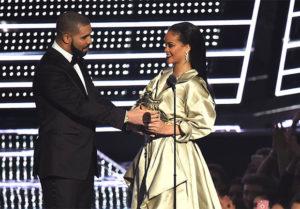 Drake se pone tierno con Rihanna al darle su premio en los VMAS