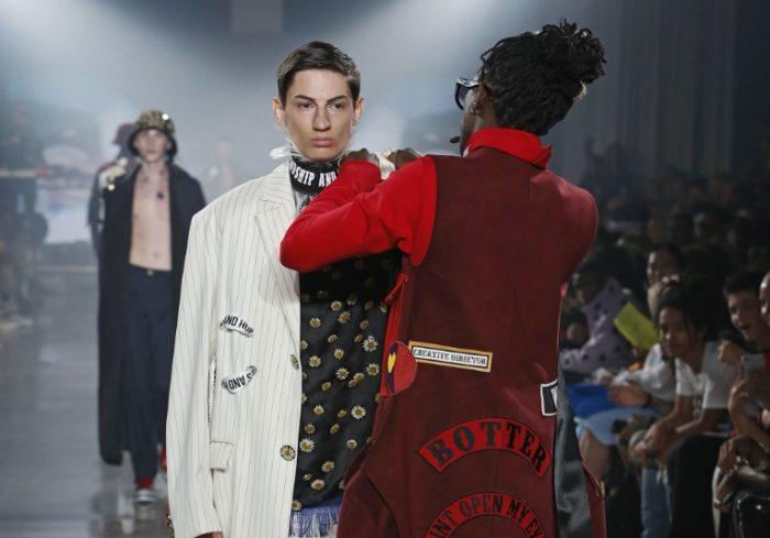 Young Thug interrumpe una pasarela para colocarle el cuello a un modelo