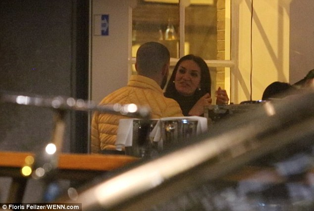 3C74DE6B00000578 4152224 image a 174 1485267877544 - Pillan a Drake cenando con una actriz porno en Ámsterdam