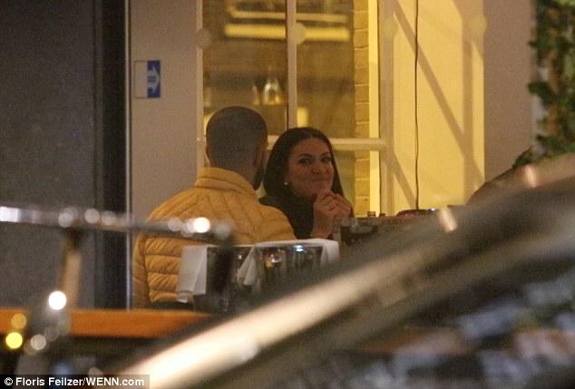 3C7700D200000578 0 image a 165 1485267203262 - Pillan a Drake cenando con una actriz porno en Ámsterdam