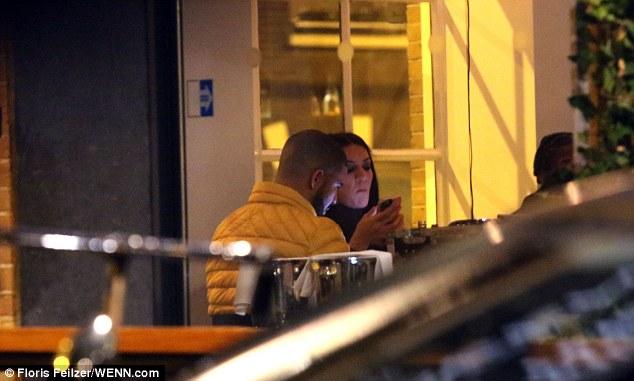 3C7701DB00000578 0 image a 164 1485267195783 - Pillan a Drake cenando con una actriz porno en Ámsterdam