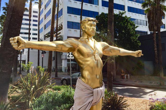 Una estatua dorada de Kanye West crucificado aparece en Hollywood