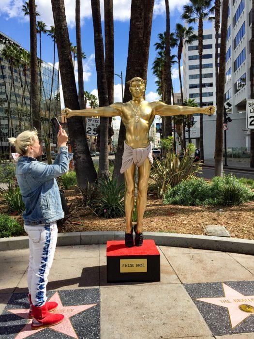 plastic jesus 2017 billboard embed 525x700 - Una estatua dorada de Kanye West crucificado aparece en Hollywood