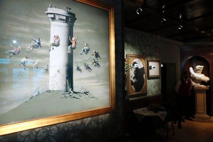 1488560875 168460 1488561242 album normal 700x466 - Un hotel en Belén decorado por el artista Banksy abre sus puertas