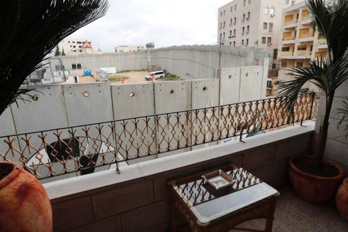 1488560875 168460 1488561247 album normal 700x466 - Un hotel en Belén decorado por el artista Banksy abre sus puertas