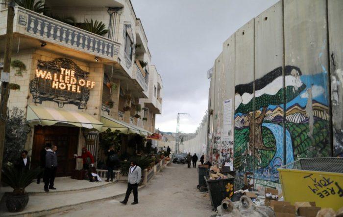 Un hotel en Belén decorado por el artista Banksy abre sus puertas