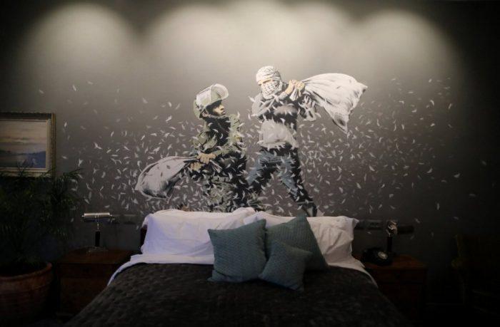 1488560875 168460 1488561258 album normal 700x459 - Un hotel en Belén decorado por el artista Banksy abre sus puertas