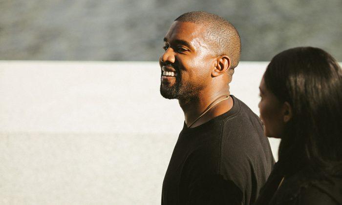 Kanye West pillado con un nuevo color de las YEEZY Wave Runner 700