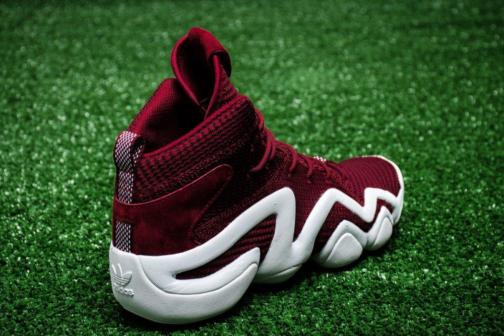 adidas Originals ha anunciado el relanzamiento de la icónica silueta de  baloncesto de los 90  las Crazy. Como homenaje 9a7bb1b364690