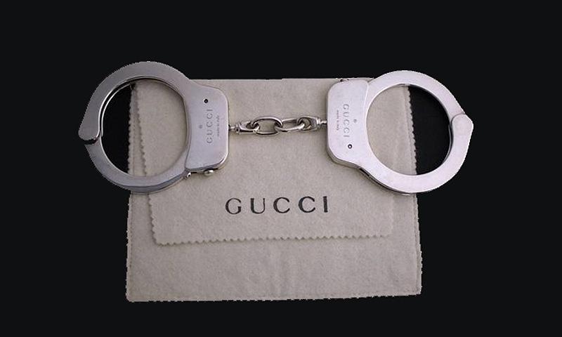 Ponen a la venta unas esposas de Gucci por 65.000 dólares