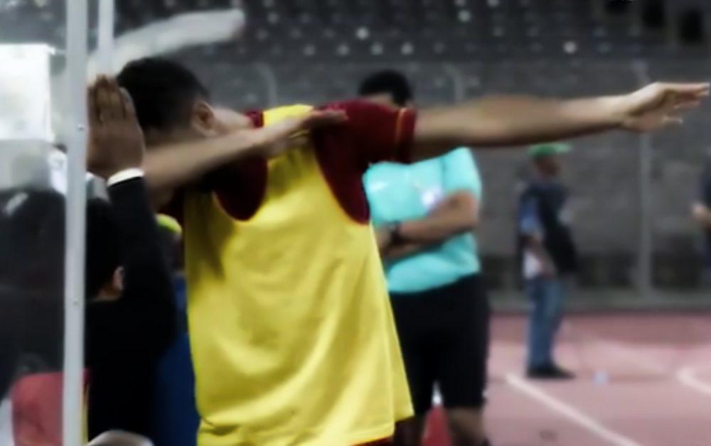 Un futbolista saudí afronta pena de cárcel por hacer un dab en público