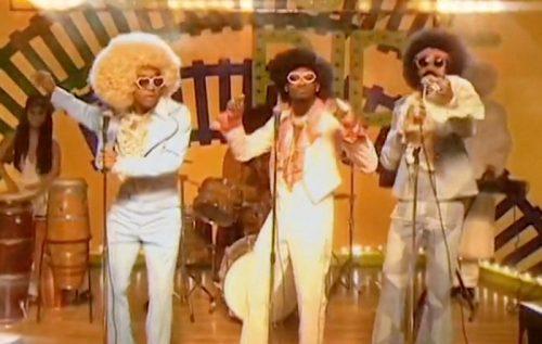 Migos y Drake vuelven a los 70s en el clip de 'Walk It Talk It'