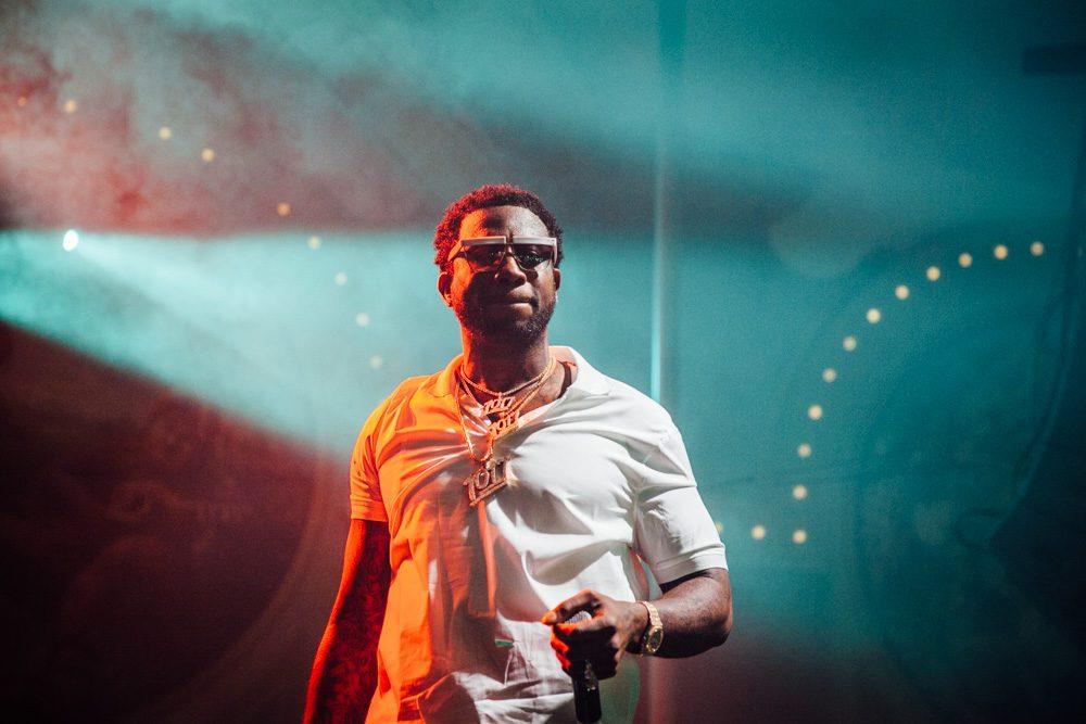 Un hombre intenta alcanzar a Gucci Mane en el escenario