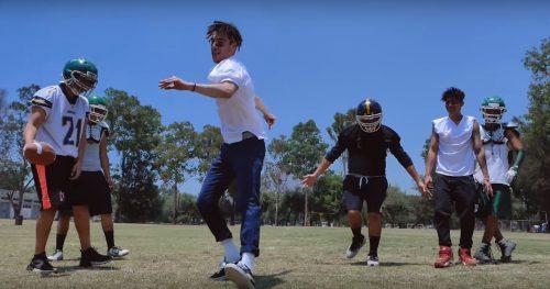 Kidd Keo y Alemán son los quarterbacks en el clip 'Touchdown'