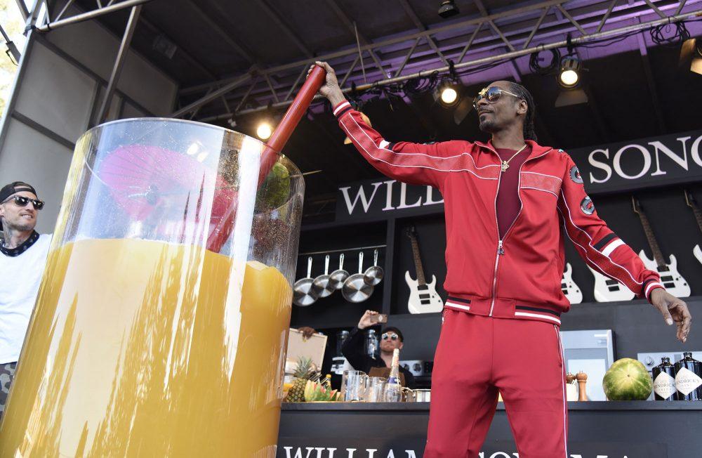 Snoop Dogg sirve la copa de zumo y ginebra más grande de la historia