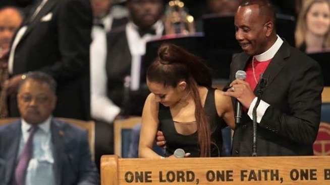 Ariana Grande es acosada por un obispo durante el funeral de Aretha Franklin