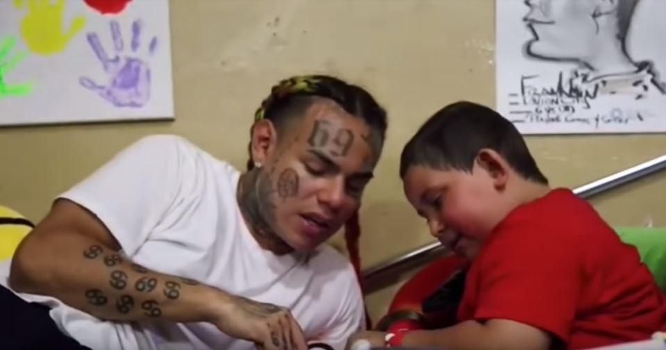 6ix9ine visita a un niño de cinco años con cáncer cerebral