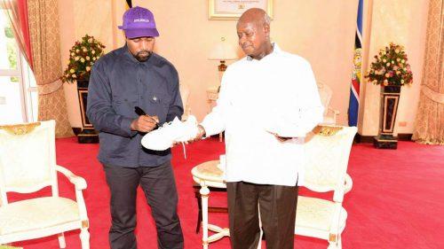 La nueva excentricidad de Kanye West: regalar YEEZYs a niños y al presidente de Uganda