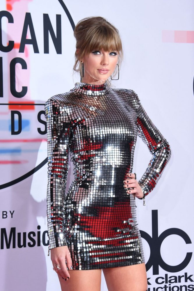 singer taylor swift arrives at the 2018 american music news photo 1048355220 1539123932 667x1000 - Te contamos todo lo ocurrido en los American Music Awards