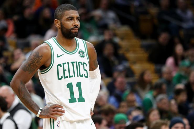 La NBA multa a Kyrie Irving por lanzar el balón contra la grada