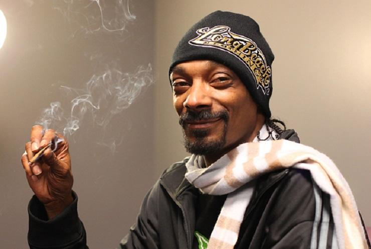 Mira a Snoop Dogg fumándose un blunt frente a la Casa Blanca