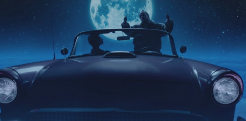 Russ pasea en su coche volador para el videoclip de 'Missin You Crazy'