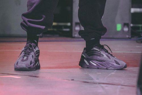 Kanye se deja ver con unas adidas YEEZY 700 V2 Triple Black