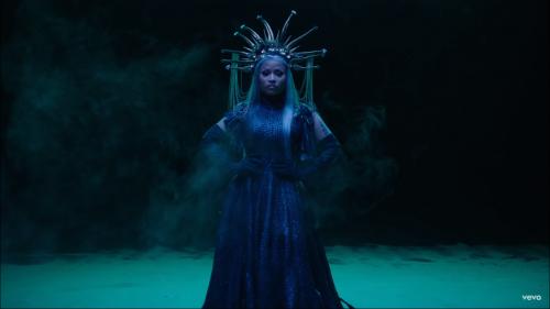 Nicki Minaj sorprende y crea polémica con el vídeo de 'Hard White'