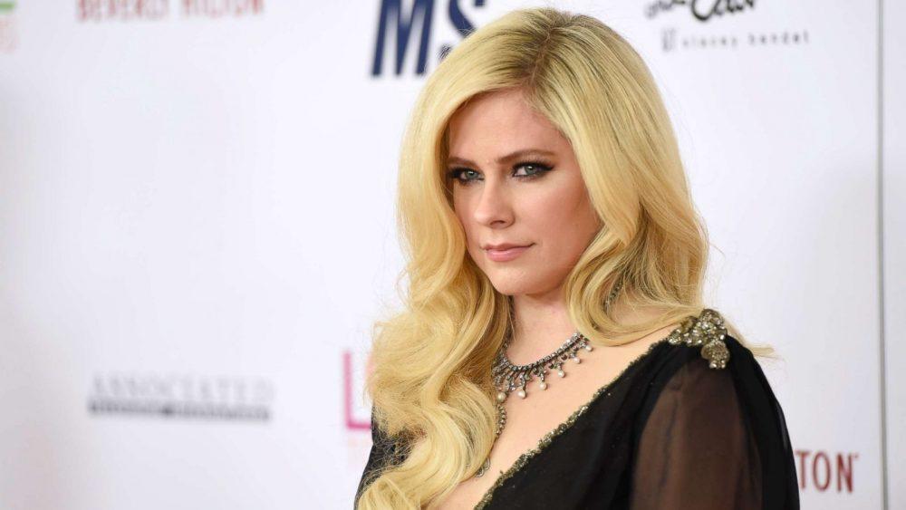 Nicki Minaj nos sorprende con 'Dumb Blonde' junto a Avril Lavigne