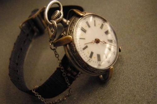 primer reloj pulsera 500x333 - Probablemente necesites un Vogel en tu closet y no lo sabías
