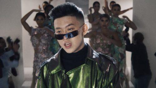 Rich Brian vive sin preocupaciones en el videoclip de '100 Degrees'