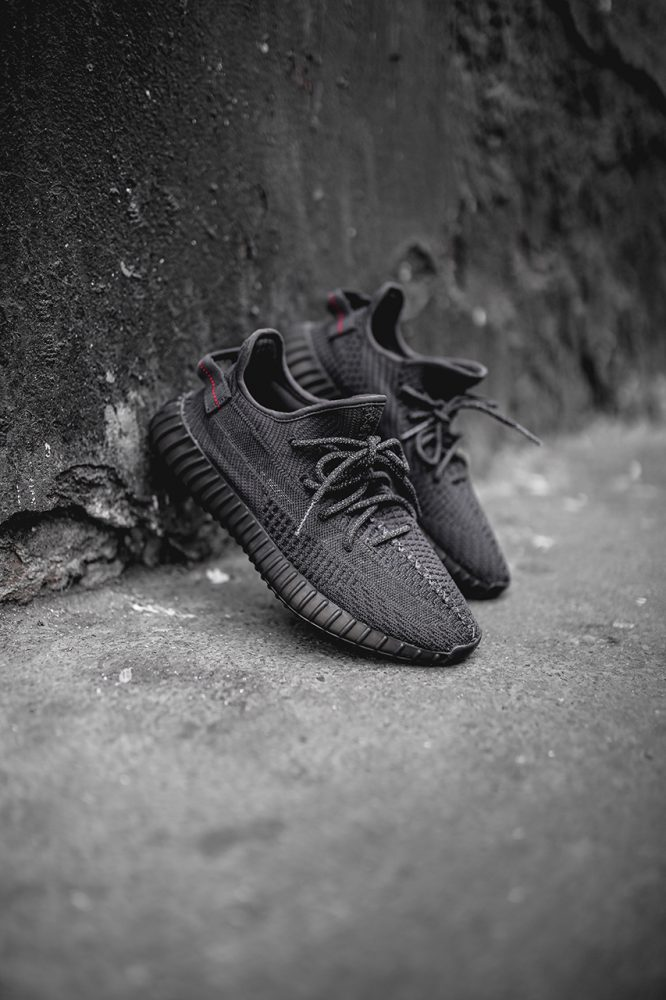 "yeezy boost 350 v2 black friday release information 1 666x1000 - Adidas relanzará las YEEZY BOOST 350 V2 ""Black"" en el Black Friday"