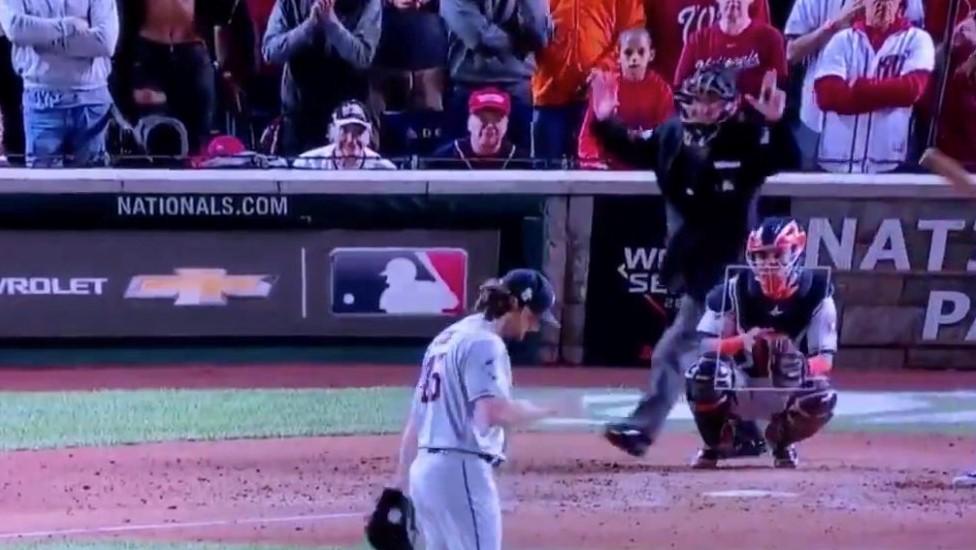 Expulsan de por vida a dos chicas por enseñar las tetas en un partido de béisbol
