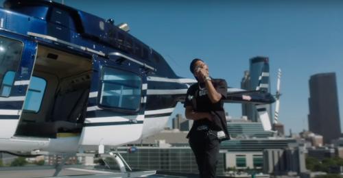 Lil Baby se da un paseo en helicóptero en el clip de 'Back On'