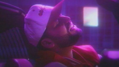 Gashi viaja a un mundo de fantasía neón en el videoclip de 'Mr. Ferrari'