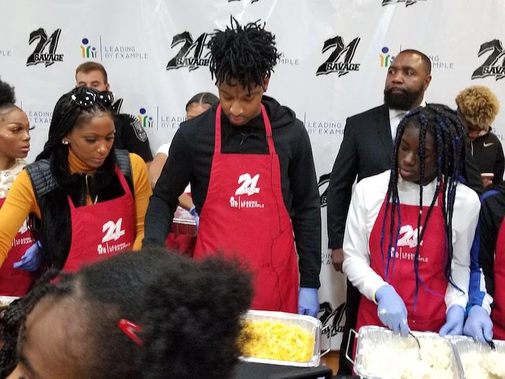 21 Savage sirve pavo a 300 familias para Acción de Gracias
