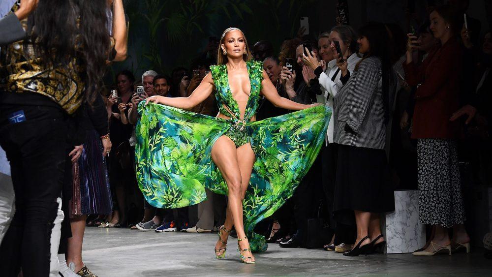 Versace demanda a Fashion Nova por plagiar el icónico vestido de J. Lo