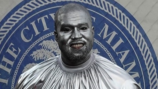Kanye West impacta al pintarse de plateado para su nueva ópera